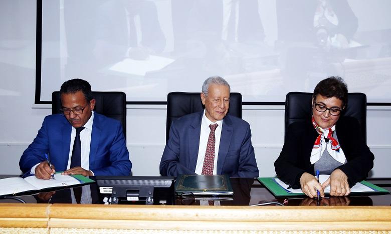 Les conventions ont été signés par le ministre de l'Education nationale et de la Formation professionnelle, Rachid Belmokhtar et la ministre de l'Artisanat et de l'Economie sociale et solidaire, Fatima Marouane. Ph. MAP