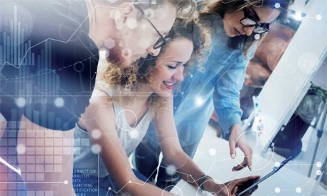 Le dirigeant doit «autoriser» le corps social de l'entreprise à générer, évaluer des idées et expérimenter en donnant aux employés le «droit à l'erreur», et à sortir – le temps du chemin vers l'entreprise transformée – de l'habituelle logique «ROIste