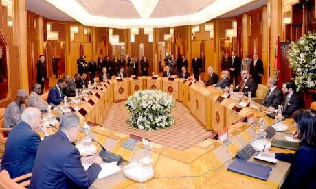 S.M. le Roi préside à Casablanca une séance de travail consacrée au projet de gazoduc reliant le Nigeria au Maroc à travers plusieurs pays d'Afrique de l'Ouest