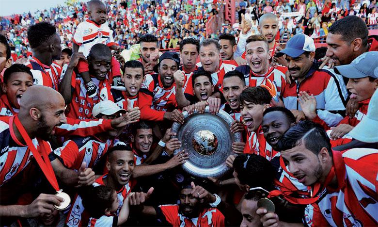 Explosion de joie des joueurs du Fath de Rabat après leur sacre en championnat.