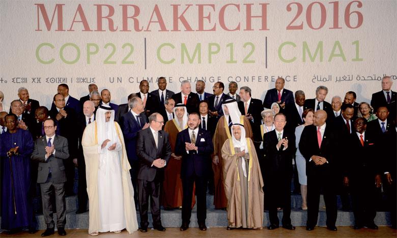 15 novembre : S.M. le Roi pose pour une photo de famille avec les Chefs d'États, de gouvernement et des délégations participant au Sommet de la COP 22.Ph. MAP