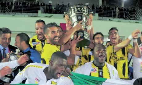Les joueurs du MAS savourent leur victoire en Coupe du Trône.