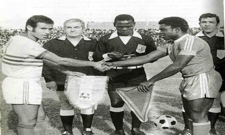 Ahmed Faras (à gauche) serrant la main du nigérian Atuegbu, le 6 mars 1976 à Dire Dawa. Ph. DR