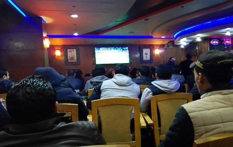 Les marocains suspendus aux écrans de télévision dans l'espoir de voir les lions de l'Atlas triompher des togolais. Ph. Saouri