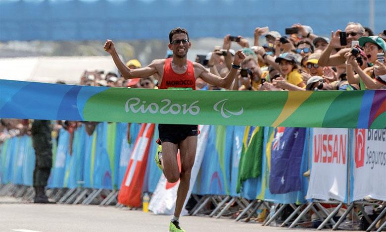El Amine Chentouf franchissant la ligne d'arrivée du marathon.