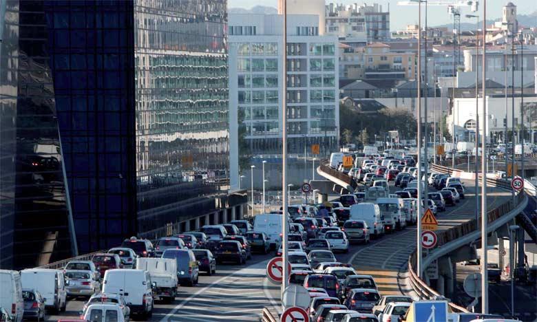 Vivre près des grands axes routiers augmente le risque de démence