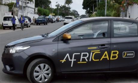 Le client peut choisir de payer en liquide ou par carte, ou encore via l'orange money (sur téléphone), ce qui est impossible  dans les taxis normaux.                 Ph. AFP