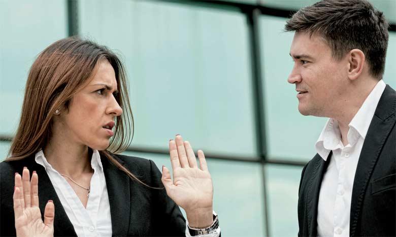 Le harcèlement sexuel constitue une violation des obligations découlant du contrat et des relations de travail de nature à justifier la suspension immédiate du contrat de travail.