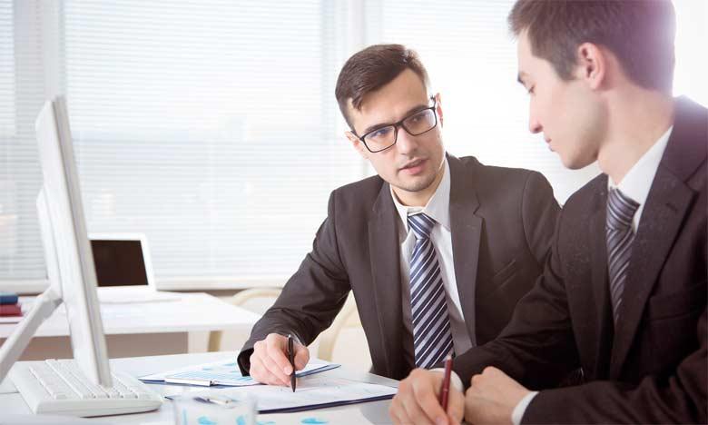 Le chef d'entreprise est obligé à un moment donné de faire le point pour mettre à jour sa réflexion stratégique. Il a le choix de le faire tout seul ou avec l'accompagnement d'un consultant qui, lui,  est rodé à la démarche de la réflexion stratégiqu