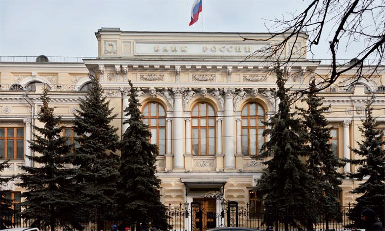 Jusqu'à présent, la Banque de Russie avait estimé que l'évolution du PIB s'était stabilisée autour de zéro au milieu de l'an dernier, après avoir pâti  du plongeon des prix du pétrole et des sanctions découlant de la crise ukrainienne.