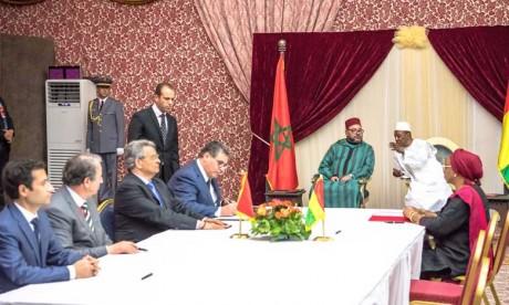 S.M. le Roi et le Chef de l'État guinéen président la cérémonie de signature de huit accords de coopération bilatérale