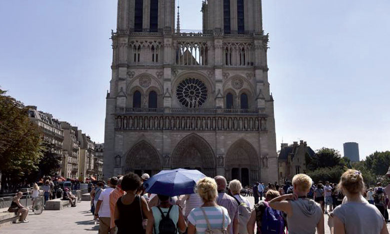 Selon Jean-Marc Ayrault, la destination (France) a souffert, mais les premières estimations sur le nombre de visiteurs  étrangers qui proviennent de la Direction générale des entreprises et de la Banque de France assurent à l'Hexagone encore la place