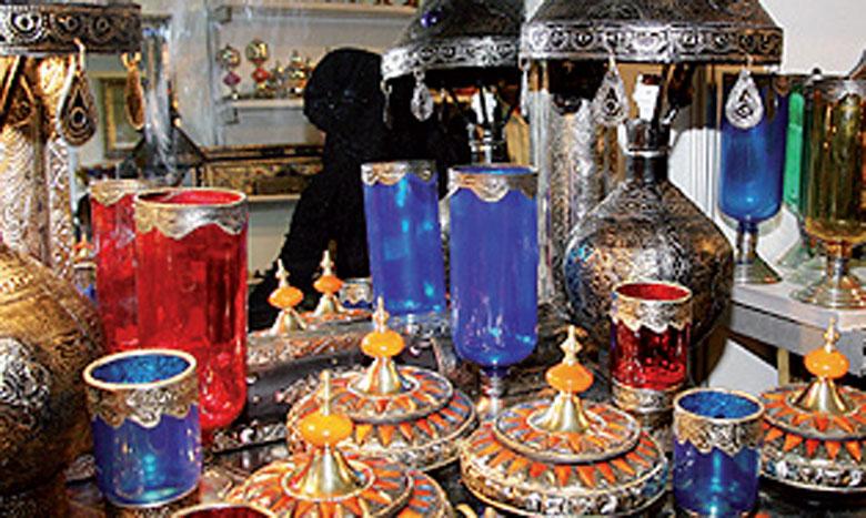 L'exposition met en relief une panoplie d'articles d'artisanat et d'objets d'art.