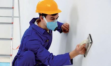 La mise en œuvre de certains produits chimiques doit faire l'objet de précautions particulières  en raison des risques immédiats ou insidieux qu'ils représentent.