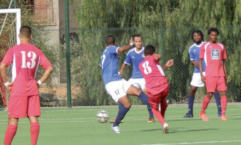 Le leader Chabab Bengurir (en bleu) garde deux points d'avance sur son dauphin Youssoufia.