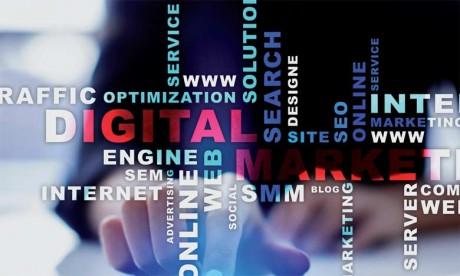 Les plateformes des réseaux sociaux offrent une possibilité accrue de suivre les échanges entre consommateurs, donc de connaître leurs opinions et de procéder au «traçage» de leurs activités sans passer par des études de marché.
