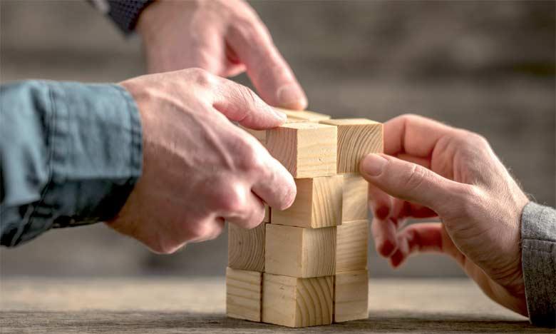 Le leadership partagé favorise l'innovation et le «think outside the box», l'épanouissement,  la démocratisation de la vie professionnelle, et tout le monde s'approprie plus facilement les actions  et la résolution des problèmes.