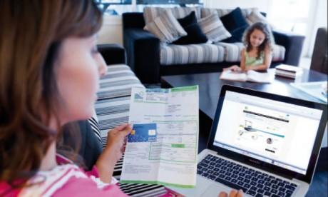 Les clients de Lydec gagnent en temps et en confort puisqu'ils peuvent régler leurs factures de n'importe quel endroit, depuis l'ordinateur, la tablette ou le smartphone.