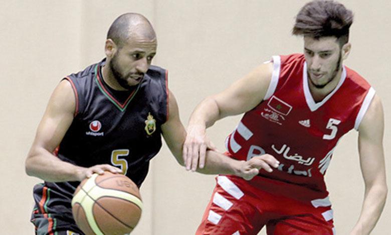 Mustapha Khalfi (en noir) a réussi une belle partie face au Chabab Al Hoceïma.