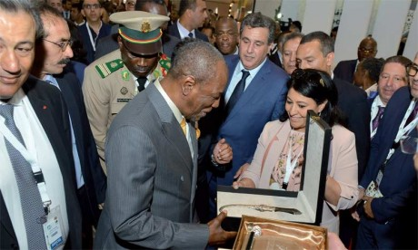 Le Président de la République de Guinée et Aziz Akhannouch se sont enquis, dans certains stands, des nouvelles avancées enregistrées dans les différentes composantes de l'activité agricole.  Ph. Saouri