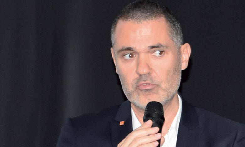 Selon le management du groupe, il suffit d'acquérir une carte, disponible dans tout le réseau Orange Maroc, d'y «graver» son numéro de téléphone  et de la scanner sur les Dealers Rawaj chez les épiceries et autres points de vente de l'opérateur.
