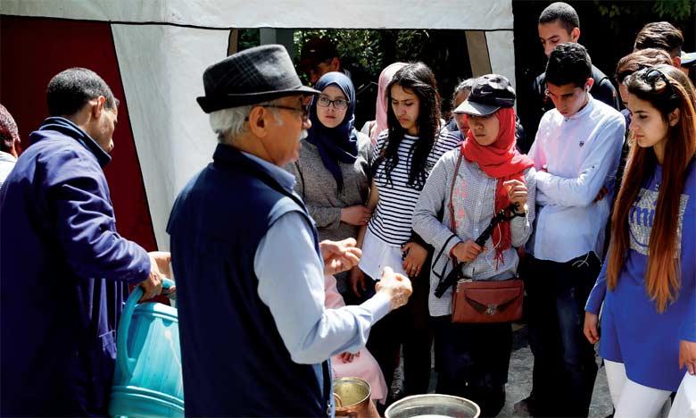 Les bénévoles de l'Association des amis des Jardins exotiques de Bouknadel ont donné  une démonstration des procédés d'extraction par distillation de la fleur d'oranger. Ph. MAP