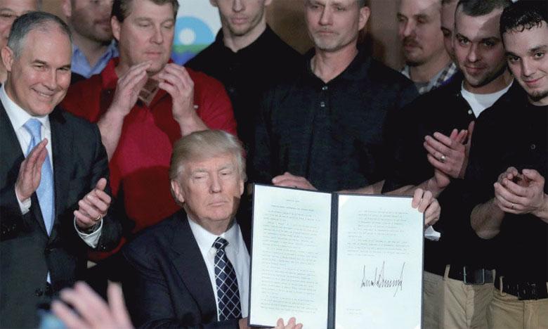 Le 28 mars 2017, Donald Trump signait le décret qui ordonne un réexamen de la mesure phare d'Obama : le «Clean Power Plan», qui impose aux centrales thermiques des réductions de leurs émissions de CO2. Ph. DR