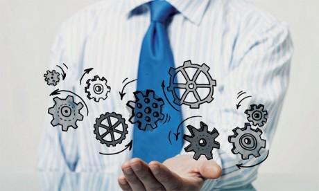 Hormis les compétences techniques fondamentales et la «posture» d'un vrai gestionnaire, le manager opérationnel est également une personne de contact facile, de communication et qui sait comment motiver et dynamiser ses équipes.