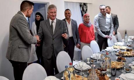Le Roi des Belges partage la rupture du jeûne avec une famille marocaine