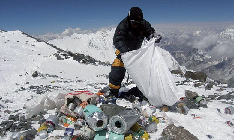 Plus de 5 tonnes de déchets ramassées sur l'Everest