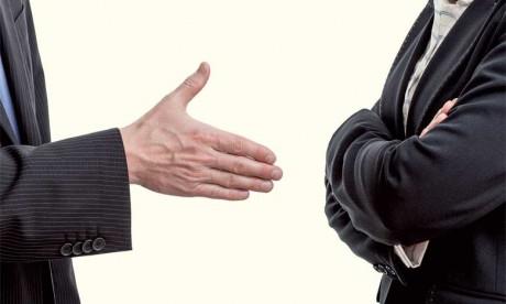 Les personnes très courtoises présentent les excuses parfois même sans qu'il y ait une faute, mais juste pour prévenir toute tension ou tout malentendu.