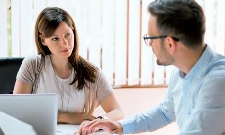 Le collaborateur doit saisir les opportunités naturelles, notamment lors des présentations des projets, des briefings réguliers ou des débriefings après les événements.