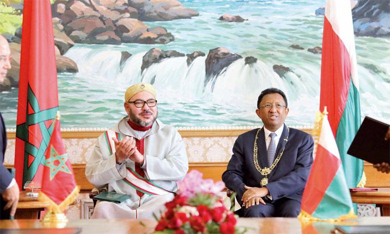 21 novembre 2016: S.M. le Roi Mohammed VI et le Président de la République de Madagascar, M. Hery Rajaonarimampianina, ont présidé, à Antananarivo, la cérémonie de signature de vingt-deux conventions et accords de coopération bilatérale, dont un mém