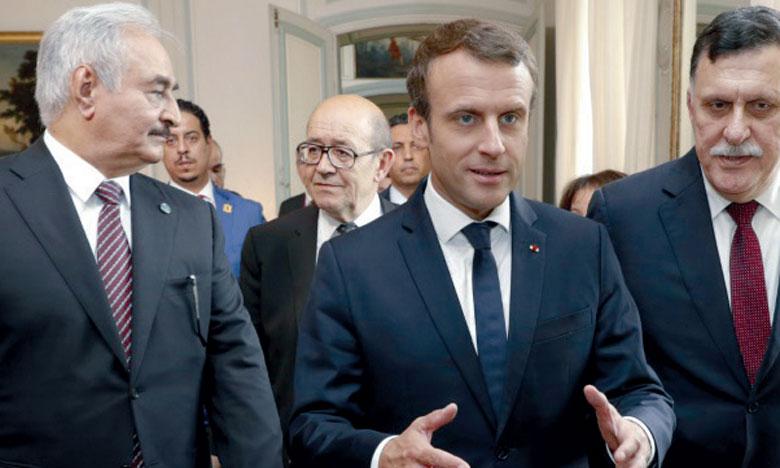Emmanuel Macron entouré de Fayez al-Sarraj (à droite) et Khalifa Haftar.