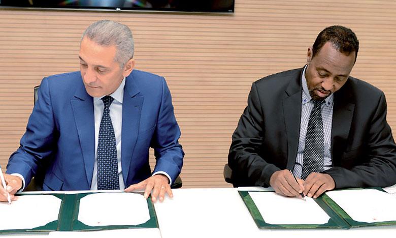 Signature de l'accord relatif au projet Easy Export, le 14 septembre à Rabat, par Moulay Hafid Elalamy, ministre de l'Industrie, et Bishar Hussein, DG du Bureau international de l'Union postale universelle.