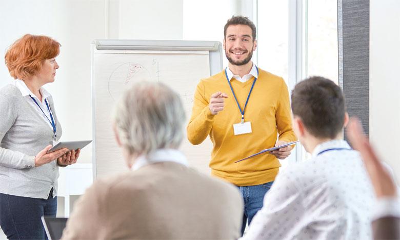 Le salarié peut devenir consultant quand il décide de se lancer en solo en capitalisant sur l'expérience et le réseau professionnel qu'il détient.