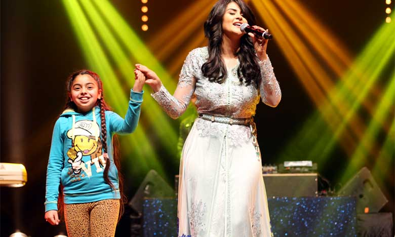 La jeune chanteuse Salma Rachid, qui a ouvert le bal du gala, a gratifié l'assistance d'une soirée  somptueuse en interprétant avec brio un florilège de chansons galantes et romanesques.              Ph. MAP