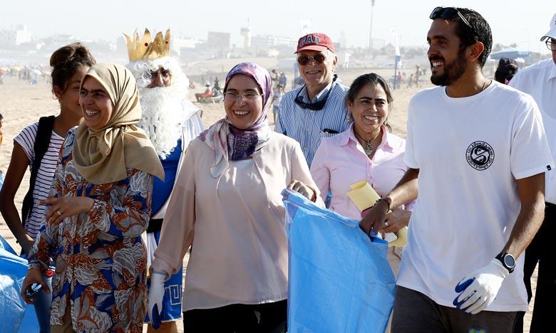 «Bahri Dima Clean» a enregistré la participation de quelque 200 enfants qui s'en sont donnés à cœur joie pour collecter les déchets et nettoyer la plage d'Aïn Diab. Ph : MAP