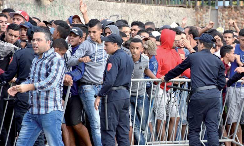 Les supporters wydadis se comptaient par centaines devant les guichets du Complexe Mohammed V, mercredi matin. Ph. Seddik