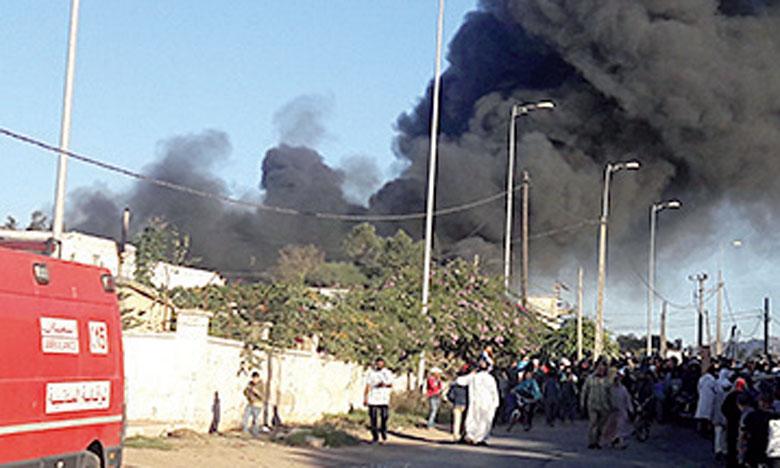 Gigantesque incendie dans  une usine de tissus d'ameublement  à Lahraouiyine