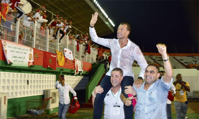 Hervé Renard porté en triomphe après la victoire du Maroc sur la Côte d'Ivoire à Abidjan.                                                                  Ph. Seddik
