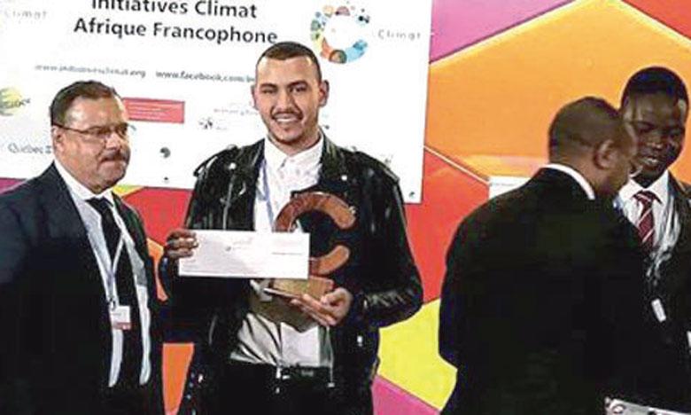 L'Association Tagadirt et le jeune Walid Machrouh recevant, jeudi soir à Bonn, les Trophées Initiatives Climat.