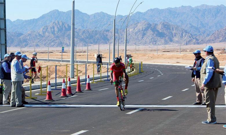 Ilyass Ben Othmane franchisant dans la ligne la course de contre-la-montre individuelle où il a décroché la médaille de bronze.