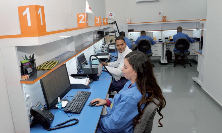 Le centre compte 8 postes de réparation et une dizaine d'ingénieurs et techniciens expérimentés et certifiés.