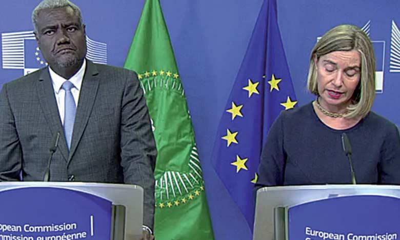 La vice-présidente de la Commission européenne Federica Mogherini et le président de la Commission de l'Union africaine Moussa Faki Mahamat, au cours d'une conférence de presse conjointe le 22 novembre à Bruxelles.