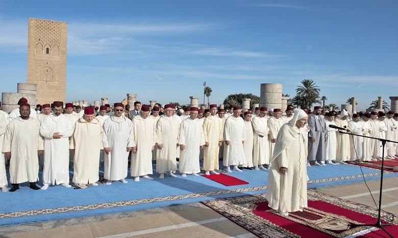 Dans un climat de recueillement, les fidèles dont des enfants, des élèves d'écoles coraniques et des étudiants de l'Institut Mohammed VI de formation des Imams prédicateurs et prédicatrices, à leur tête S.A.R. le Prince Héritier Moulay El Hassan, se sont dirigés vers la Mosquée Hassan.