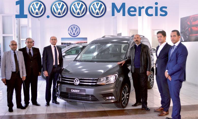 Youssef Touhami (3e à gauche), directeur de Volkswagen Maroc, et Farouk Tabite (2e à droite), concessionnaire de la marque à Fès, remettant à Hassan Derrar (3e à droite) les clés de son Caddy Édition 35, soit le 10.000e véhicule Volkswagen écoulé cette année sur le marché marocain.