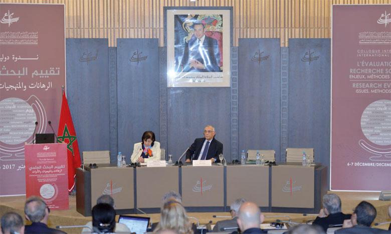 Omar Azziman, président du CSEFRS, et Rahma Bourqia, directrice de l'Instance nationale d'évaluation.