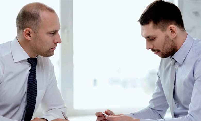 La personne qui reçoit une mauvaise nouvelle responsabilise l'autre, d'où colère et frustration.