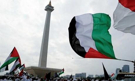 Des milliers de manifestants rassemblés à Jakarta pour protester contre la décision de Donald Trump